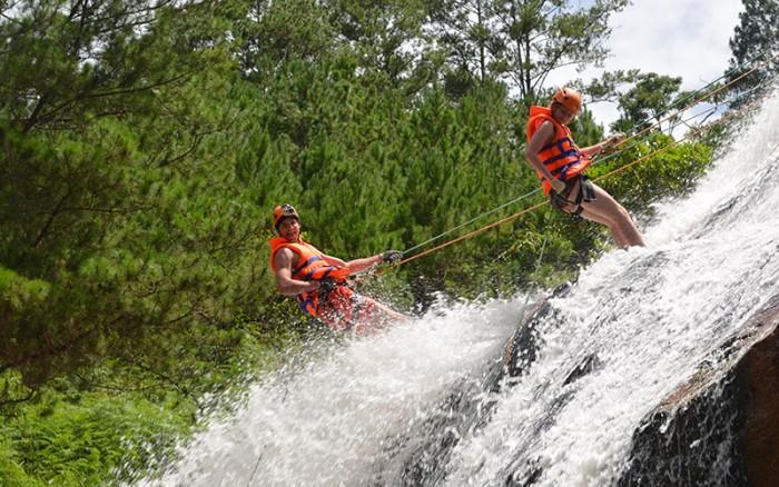Mạo hiểm với trò đu dây ở thác Datanla