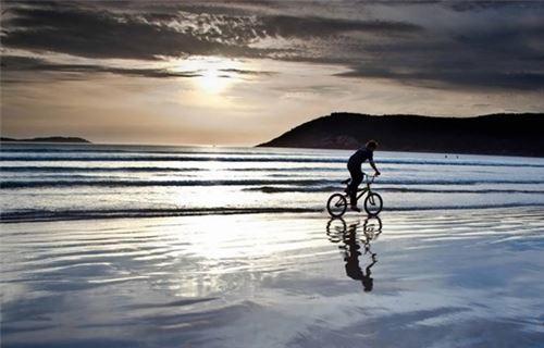 Chạy xe dọc bờ biển