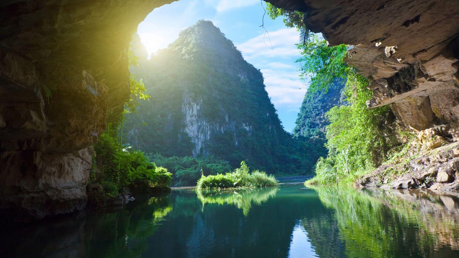Nhiều hang động xuyên thủy nhất